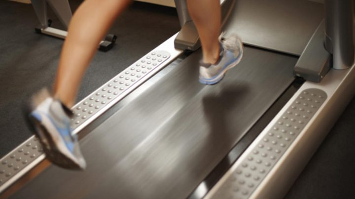 futás használt futópad Technogym Life Fitness