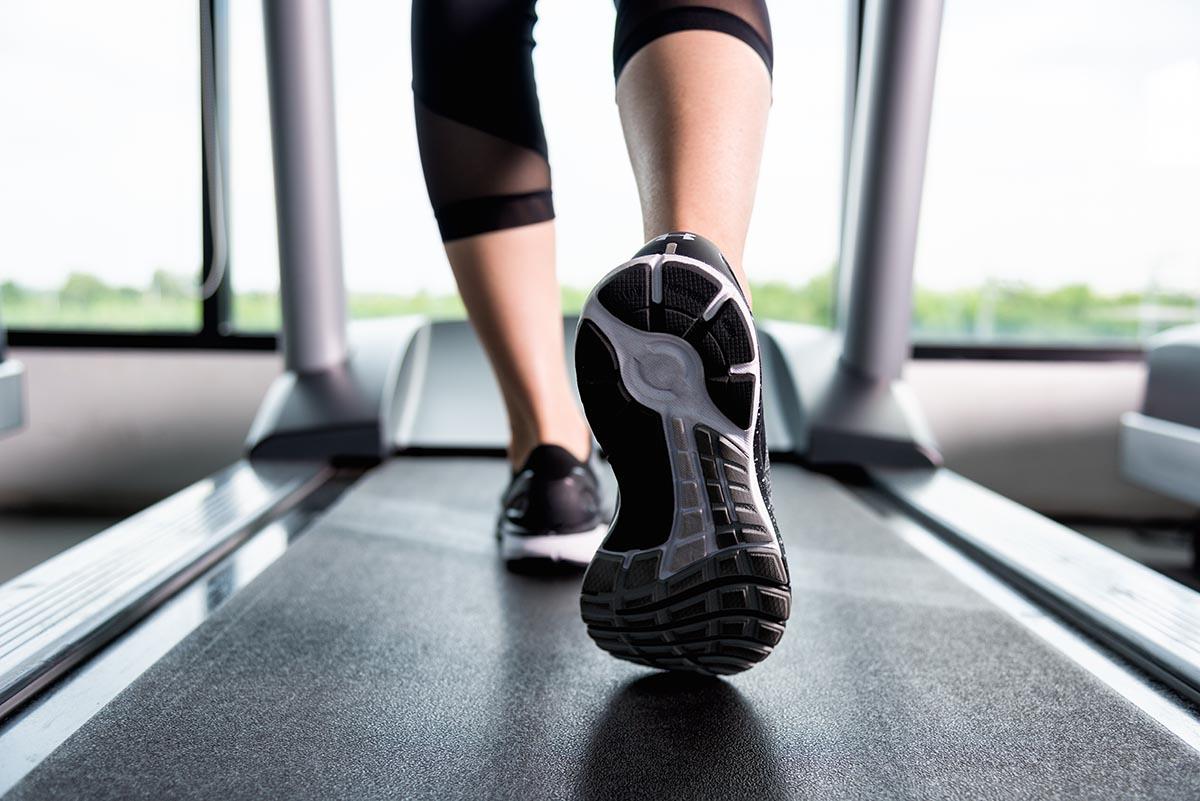 Futás használt futópadon TechnoGym Life Fitness