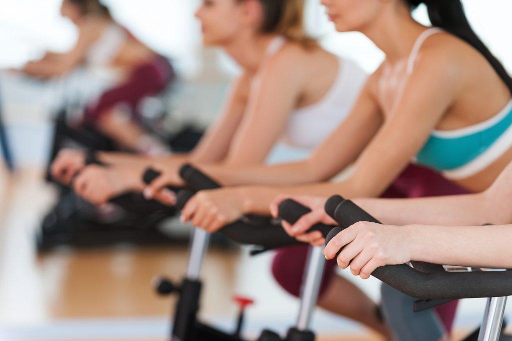 Edzés használt futópad, szobabicikli, taposógép és ellipszis tréner használatával