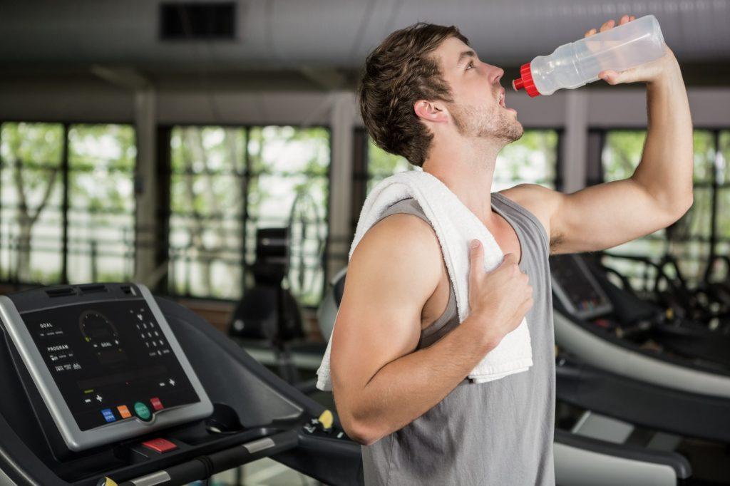 Figyelj szervezeted hidratáltságára! Igyál vizet használt futópad használata közben.