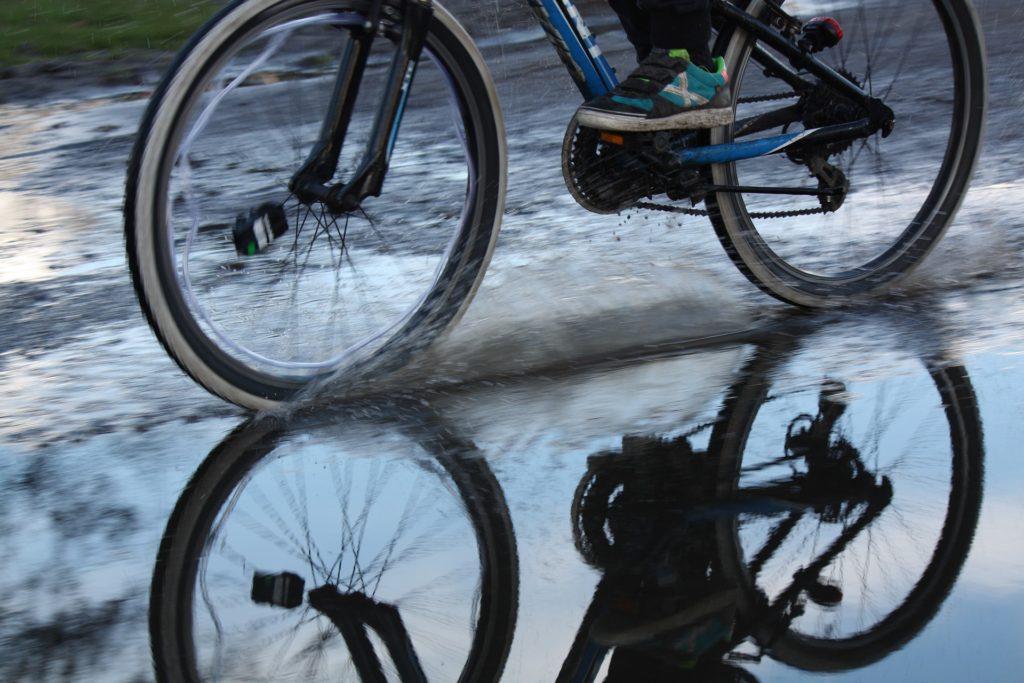 Ősszel, ha hideg eső esik, vajon mi a jobb megoldás? Kerékpár, vagy szobabicikli?