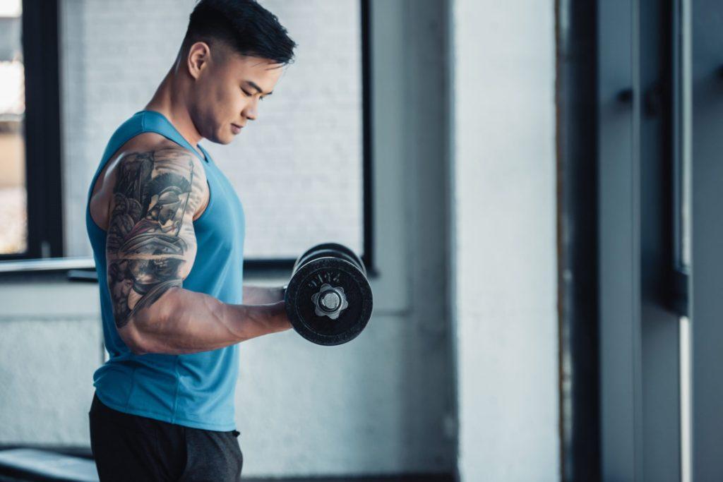 Heti három alkalommal végezz súlyzós edzéseket